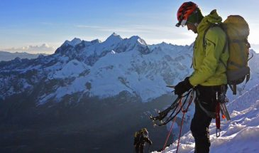 Climbers on the way up Nevado Mariposa